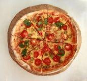 Pizza fraîche délicieuse servie du plat en bois Photo libre de droits