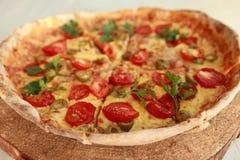 Pizza fraîche délicieuse servie du plat en bois Images stock