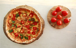 Pizza fraîche délicieuse servie du plat en bois Photos libres de droits