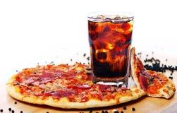 Pizza fraîche et boisson froide de kola images libres de droits