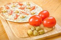 Pizza fraîche sur la table en bois Image libre de droits