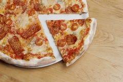 Pizza fraîche sur une table en bois Image stock