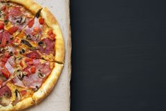Pizza fraîchement cuite au four dans une boîte en carton sur le fond foncé, vue supérieure Plan rapproché, l'espace de copie Conf Photographie stock libre de droits
