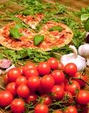 Pizza fresca caseiro servida na tabela de madeira Fotos de Stock Royalty Free