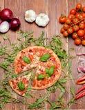 Pizza fresca caseiro servida na tabela de madeira Imagens de Stock