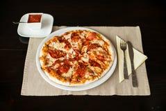 Pizza fresca con el salami Imagen de archivo libre de regalías