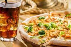 Pizza fresca con i broccoli ed il pollo Fotografie Stock