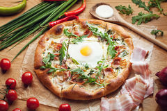 Pizza fresca con los ingredientes en la tabla de madera Imagenes de archivo