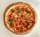 Pizza fresca deliciosa servida en la placa de madera Foto de archivo libre de regalías