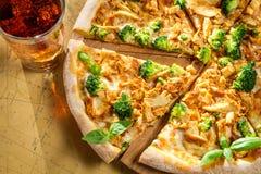 Pizza fresca hecha del bróculi, del pollo y de la albahaca imágenes de archivo libres de regalías
