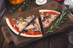 Pizza fresca saboroso cortada com cogumelos e salsicha em um fundo de madeira Fotos de Stock Royalty Free