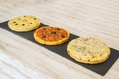 Pizza fresca su legno Fotografia Stock Libera da Diritti