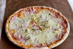 Pizza fresca fotos de archivo