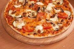 Pizza, frisch vom Ofen mit schmant Lizenzfreie Stockfotografie