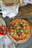 ` Pizza ` Frutti di mare mit Miesmuscheln, Muscheln und frischem Basilikum stockfotos