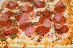 Pizza gastronome avec quatre genres de viande Photos stock
