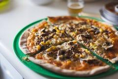 Pizza gastronomica con birra Tapas e concetto italiano dell'alimento fotografie stock libere da diritti