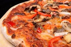Pizza gebacken in einem Pizzaofen Stockfotos