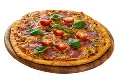 Pizza gedient auf hölzerner Platte lizenzfreie stockbilder