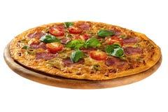 Pizza gedient auf hölzerner Platte lizenzfreies stockfoto