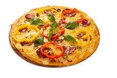 Pizza gedient auf hölzerner Platte Stockbilder