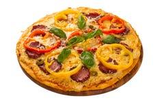 Pizza gedient auf hölzerner Platte Stockbild