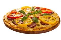 Pizza gedient auf hölzerner Platte Lizenzfreie Stockfotografie