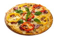 Pizza gedient auf hölzerner Platte Stockfotografie