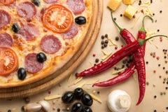 Pizza gedient auf Tabelle Lizenzfreies Stockfoto