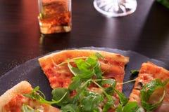 Pizza gedient in der Steinplatte Stockfotos