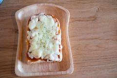 Pizza geroosterd brood met tomatensaus Stock Foto's