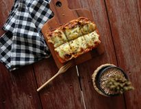 Pizza geroosterd brood met tomatensaus en hamkaas Royalty-vrije Stock Fotografie