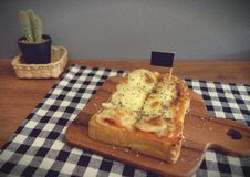 Pizza geroosterd brood met tomatensaus en hamkaas Stock Afbeelding