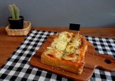 Pizza geroosterd brood met tomatensaus en hamkaas Royalty-vrije Stock Afbeeldingen