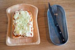 Pizza geroosterd brood met tomatensaus en hamkaas Royalty-vrije Stock Afbeelding