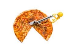 Pizza getrennt auf dem Weiß lizenzfreie stockfotografie