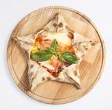 Pizza getrennt auf Weiß lizenzfreie stockfotografie