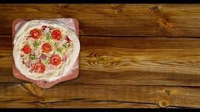 Pizza girada en una tabla blanca almacen de metraje de vídeo