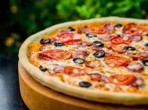 Pizza grande Imágenes de archivo libres de regalías