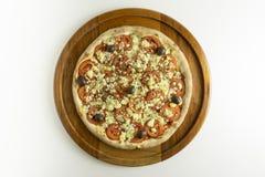 Pizza grande com molho de tomate, tomate, gorgonzola e azeitonas pretas no fundo branco fotos de stock royalty free