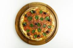 Pizza grande com molho de tomate, manjericão e azeitonas pretas no fundo branco fotografia de stock royalty free