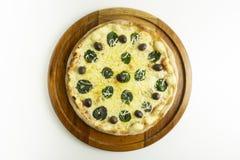 Pizza grande com mussarela, manjericão e azeitonas verdes no fundo branco fotografia de stock royalty free