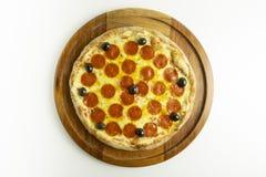 Pizza grande com mussarela, pepperoni e azeitonas pretas no fundo branco fotos de stock royalty free