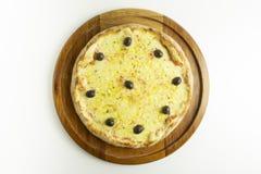 Pizza grande con la mozzarella y las aceitunas verdes en el fondo blanco foto de archivo