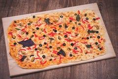Pizza grande estupenda en la placa de madera Imagenes de archivo