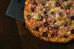 Pizza grande hermosa foto de archivo libre de regalías