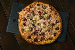 Pizza grande hermosa imagen de archivo libre de regalías