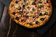 Pizza grande hermosa imagen de archivo