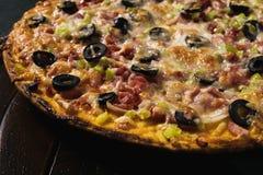 Pizza grande hermosa foto de archivo