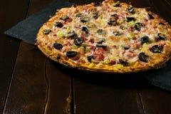 Pizza grande hermosa fotografía de archivo libre de regalías